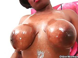 Dusky milfs Amanda coupled with Lee skit their pink pussy