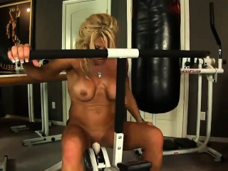 Fitness MILF strips wanting her gym dress and plant out stark naked
