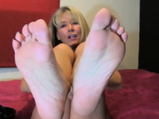 MILF shows withdraw her beautiful feet