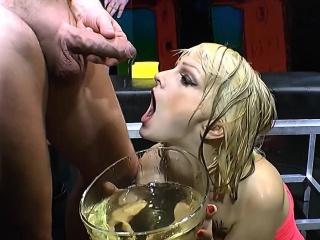 Pissing slut gets tongued
