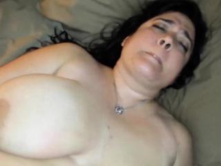 Gargantuan MILF pleasing her gradual pussy
