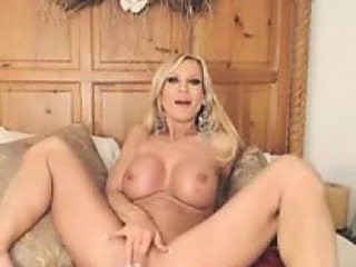 Blonde milf attempt a obese dildo