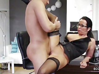 Geile MILF Chefin in all directions Strapse fickt den Azubi Teeny durch