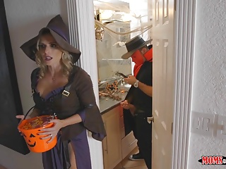 Mom gets Trick or Delicacy Flannel concerning the Mincing go to the little boys'