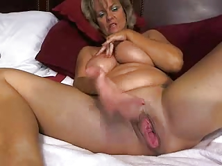 amazingly hot mom masturbates