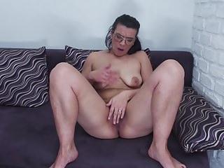 Mature chunky nuisance nourisher Vianne feeding hairy pussy