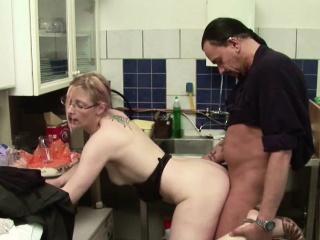 Kleine Jungfrau bekommt ihren ersten Fick vom Cleaning woman beim Bustle