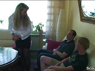 Mistranslate fickt ueberredet zwei Freunde der Tochter zum Ficken
