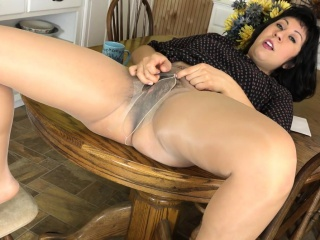 American milf Vivi takes play host to her Victorian pussy