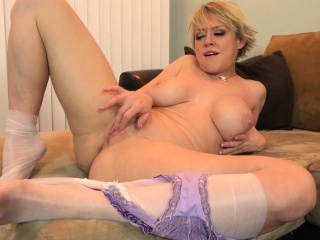 American milf Dee Williams shares her first-rate pussy