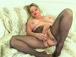 UK milf Summer Angel Lee squirts nearly their way Negro boxer shorts