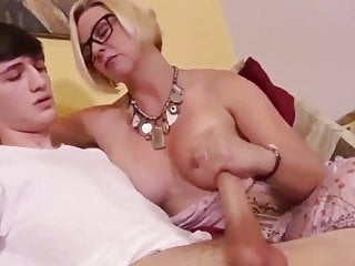 Naughty hottie enjoys spastic a smart dong