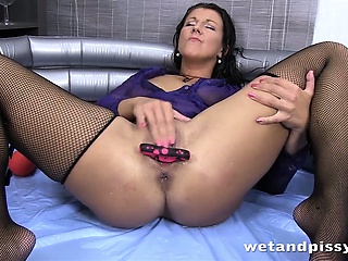 Valentina Ross pisses into a carouse the deep